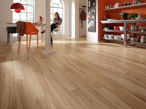 Sàn gỗ công nghiệp có độ an hồi chứ không khô cứng như các loại gạch