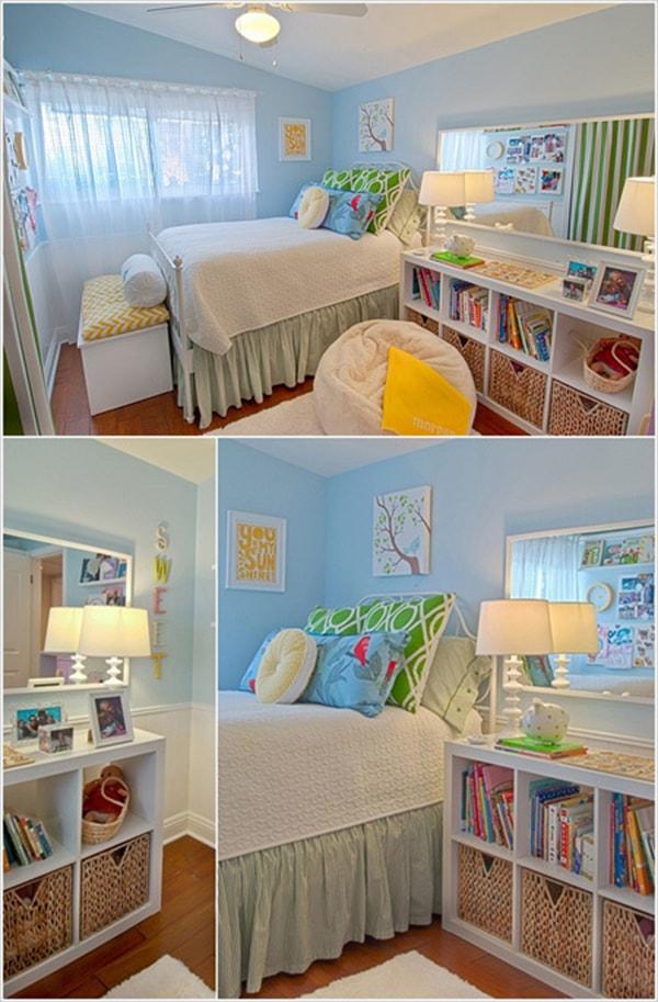 Thay cho bàn đầu giường đơn giản, chiếc giá sách vừa là nơi để đồ vừa đặt đèn ngủ.
