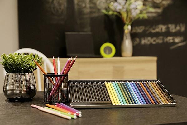 Bàn làm việc có rất nhiều loại bút với màu sắc khác nhau thể hiện bạn là người có hoài bão
