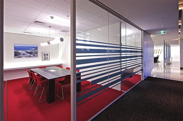 Văn phòng làm việc màu đỏ dễ dàng đón nhận những năng lượng tốt, thuận lợi cho sự phát triển