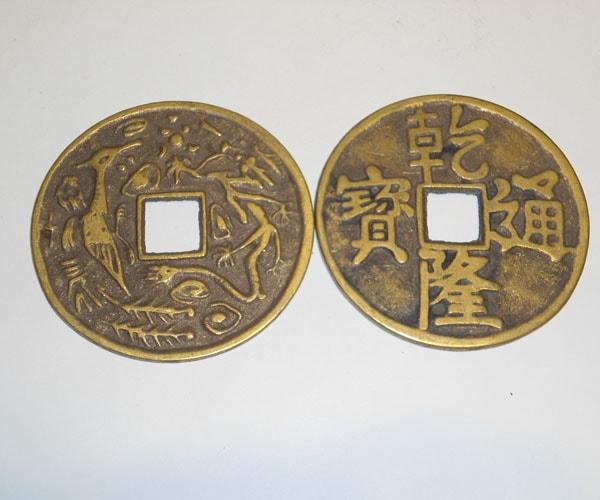 Đặt tiền xu phong thủy trên bàn làm việc của người mệnh Mộc