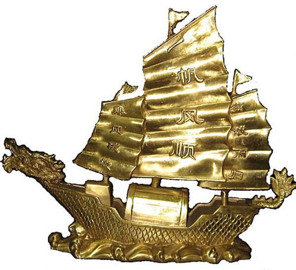 Đặt thuyền buồm phong thủy trên bàn làm việc của người mệnh Mộc