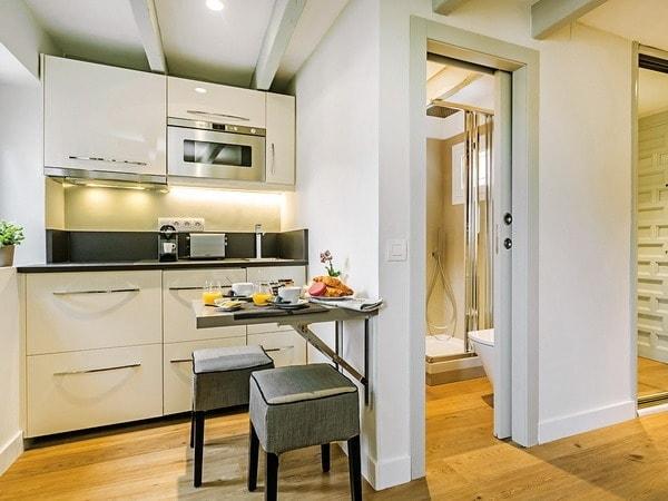 Không nên thiết kế phòng bếp và phòng vệ sinh sát nhau